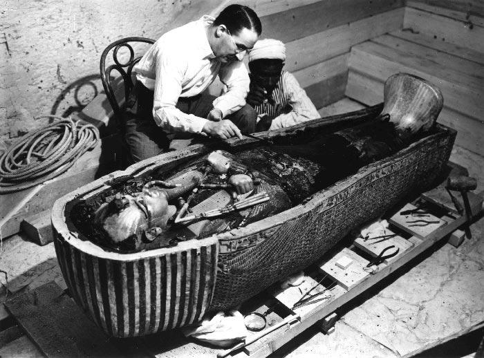 Howard Carter undersöker Tutankhamuns innersta kista.